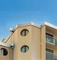 Système de rehaussed'acrotère et de bandeau de façade